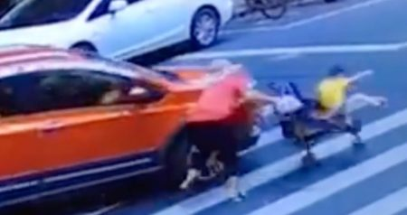 Flagrant: child is thrown from stroller hit by vehicle