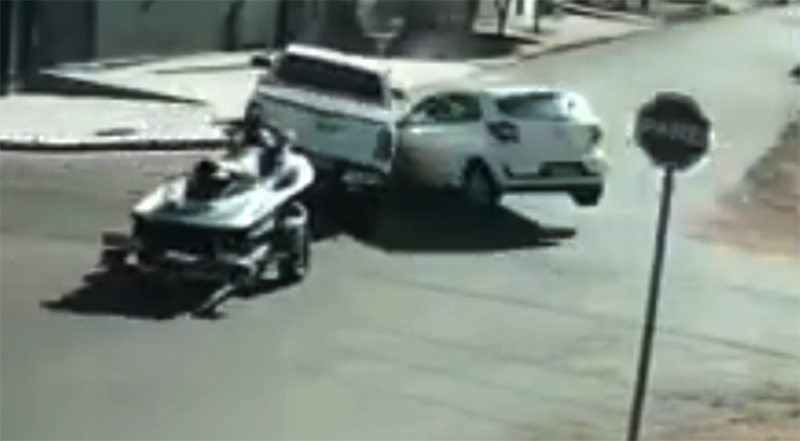 Flagrant: pickup truck pulling watercraft hit by vehicle and invades cellar
