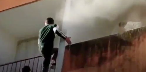 Flagrant: People climb the building to save the elderly from fire. Watch video